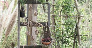 Alte Holzleiter zum Aufhängen von Blumen und Pflanzen. Osterdeko, Frühlingsdeko